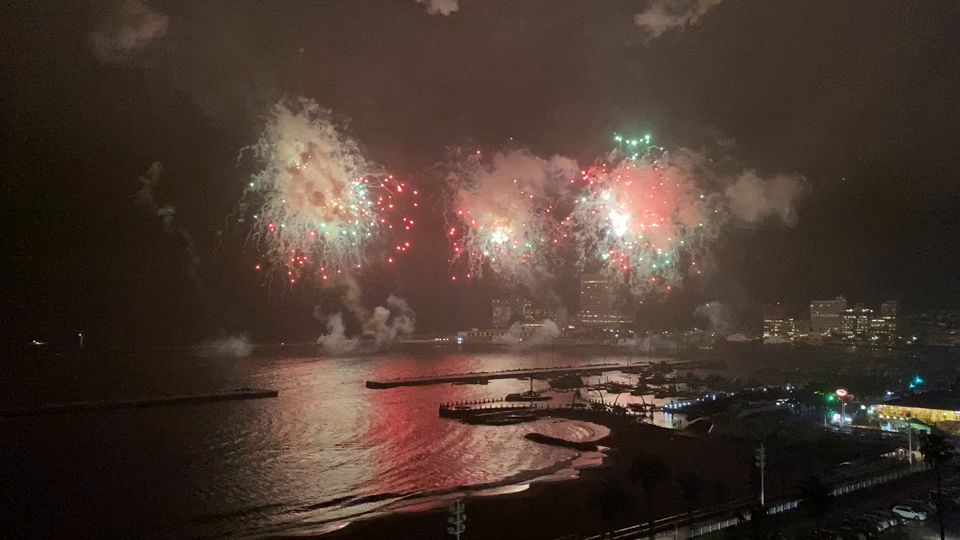 目の前で打ち上がる海上花火
